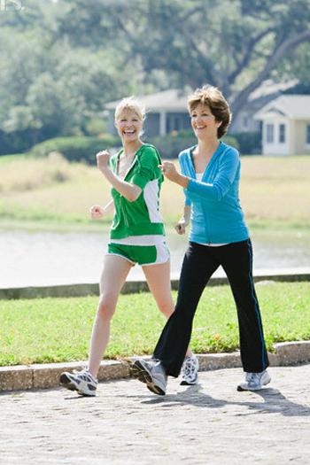 Đi bộ rất tốt với sức khỏe của người cao huyết áp